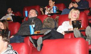 Batulková vyvedla partnera do kina: Příliš se k němu ale nehlásila