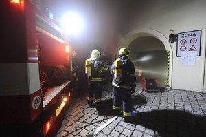 Požár v blízkosti Pražského hradu: Hasiči v noci zasahovali v podzemních garážích