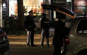 Útočník ve Vídni nožem těžce zranil otce, matku i dceru. Policii zatím uniká