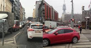 Doprava na Žižkově kolabuje: Husitská je uzavřena, tramvaje jsou v pasti