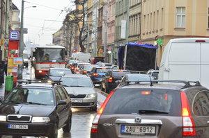 Dopravní peklo na Žižkově: Tramvaje měly zpoždění i 45 minut! Policie bude auta odtahovat, změní se značení