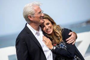 Hollywoodský fešák Richard Gere (68) bude znovu otcem! Jeho o 33 let mladší manželka je těhotná
