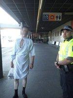 """Muž u metra s kanylou v ruce a v nemocniční košili: """"Jsem po operaci, chtěl jsem si koupit cigarety,"""" řekl strážníkům"""