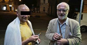 Z té fotky mrazí! Herec Sedal (70) s mužem, který ho měl brutálně napadnout kvůli cigaretě!