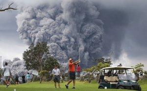 Ze sopky létají kameny velké jako mikrovlnka, golfisté ale v klidu hrají dál