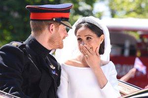 Dáme si pusu? Já si musím dát panáka! Co si říkali novomanželé Harry s Meghan, rozluštila odezíračka ze rtů