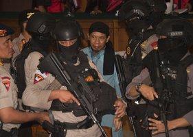 Duchovní dostal za teror v Jakartě trest smrti. U soudu byly stovky policistů
