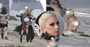 Rozpálená Lady Gaga fotila prádlo na pláži: Podpatky se bořila do písku, pak ji spláchla vlna