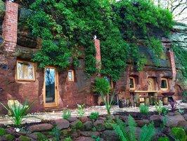 Muž proměnil 700 let starou jeskyni z pískovce na luxusní dům