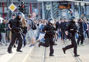 Extrémisté napadli u českých hranic migranty. Zmlátili i 15letou dívku