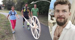 Neuvěřitelné! Herec Vitázek sťal strom, sestrojil kolo a dokutálel je z Lednice do Brna
