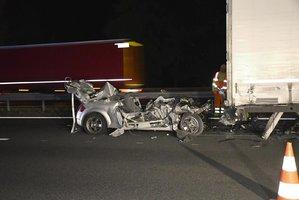 Na D5 se předjížděly kamiony: Kluk ve sportovní audině to narval pod návěs