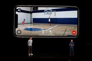 Apple představil iPhone XS. Má větší displej a odolá vodě, kdy bude v Česku?