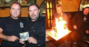 """Zvláštní oslava """"pyromana"""" Jakuba Smolíka: Polil ji benzinem a zapálil"""
