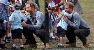 Roztomilá troufalost: Chlapeček si dovolil šimrat Harryho na bradce
