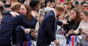 Princ Harry v objetí s plačící ženou: Dostaneš mě do problémů, šeptal jí