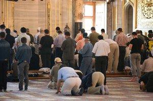 Obří trapas muslimů: 37 let se v mešitě modlili špatně, odhalil imám