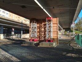 Poškozený most v Bubenské ulici podpírají: Tramvaje na Vltavskou pod ním neprojedou