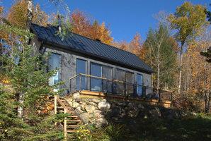 Krása! Útulný dům pro dva stojí v lese, a přesto je plný světla