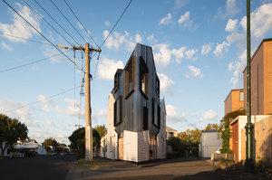 Šílený nápad! Na úzké trojúhelníkové parcele postavili rodinný dům