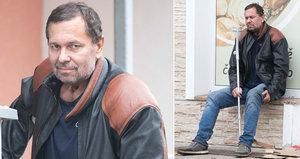 Jiří Pomeje nedávno oznámil, že ho zabila žena. Našli jsme ho sedět před večerkou