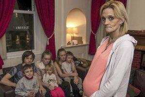 """Matka sedmi dětí těhotná s dvojčaty chce větší byt. """"Nemůžeme tak žít,"""" žehrá městu"""