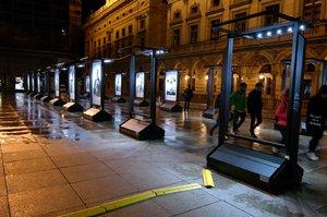 VIDEO: Takhle vandalové zdevastovali výstavu stoletých lidí u Národního divadla! Policie žádá o pomoc
