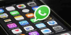 Zprávy na WhatsAppu už je možné přeposlat jen pětkrát. Opatření má zabránit šíření fake news