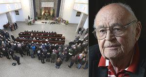 Pohřeb Václav Vorlíčka ONLINE: Krátký obřad a chybějící hvězdy