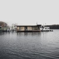 Moderní hausbót v Berlíně nabízí příjemné bydlení na vlnách