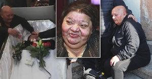 Věrko, neopustím tě, plakala nad rakví Věry Bílé (†64) její sestra. Slavnou Romku zasypali květy, penězi a cigaretami