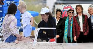 """Kameny na písku! Nemocný Mick Jagger a jeho """"Stouni"""" sbírají síly u moře"""