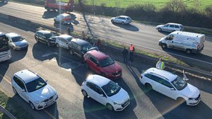 Hromadná nehoda na dálnici D10 u Prahy. Bouralo tu sedm aut