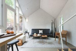 Malý dům s fasádou z cedrového šindele překvapí útulností