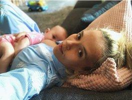 Klusová o kojení na veřejnosti: Pokud se to někomu nelíbí, ať zajistí ženě lepší místo!