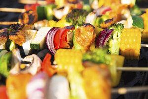 Špízy na grilu: Kuřecí s cibulkou i párkový v alobalu. A super tip pro vegetariány!