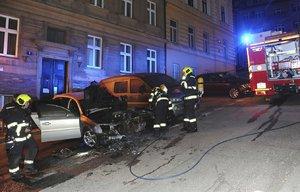 Na Smíchově hořelo auto. Teplo poškodilo také sousední vůz