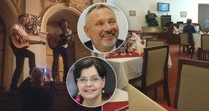 Poslanci si z práce udělali levný klub: Oslava za hubičku ve Sněmovně