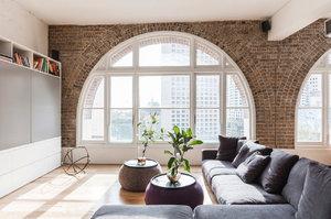 Bývalá továrna na čaj se proměnila ve slunný byt v minimalistickém stylu