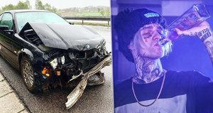 Český rapper měl vážnou nehodu: Na dálnici ve 120 km/h trefil svodidla!