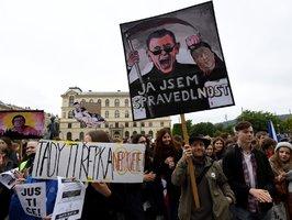 """Tady ti řepka nepokvete."" Studenti v Praze protestovali proti Babišovi i Benešové"