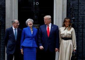 Trump jednal s Mayovou. Premiérku rozesmál u dveří, kde se nedávno rozplakala