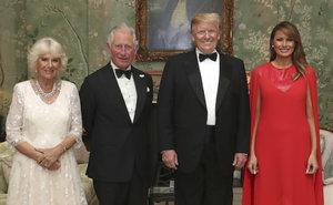 Melania oslnila prince Charlese róbou za 128 tisíc. Camilla pro Trumpa oblékla bílou