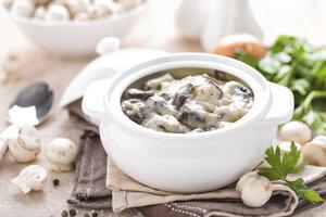 Žampionová omáčka se zakysanou smetanou: Dopřejte si vydatnou houbovou pochoutku