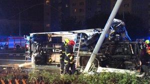 Vážná nehoda v Praze: Ve Švehlově ulici se převrátil kamion