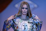 Claudia Schiffer v modelu Gianniho Versace