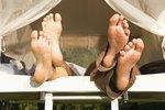 Trápí vás v létě tvrdé paty? Pomůžou vám osvědčené babské rady!