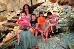 Sára Saudková s přítelem Samuelem a dětmi Janem, Samuelem, Sárou a Oskarem.