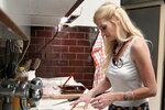 Jako jeden z předkrmů Míša připravila šátečky z listového těsta. Do náplně přijde kromě šunky i zelí.