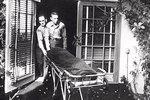 Koroner odváží mrtvé tělo Monroe